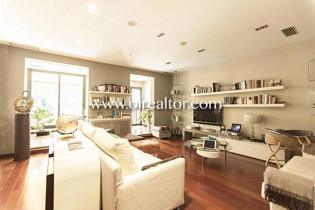Splendid apartment with terrace and private pool in Gracia (Barcelona)