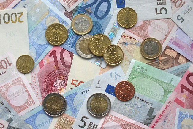 More than 1,600 million euros in pesetas and less than 4 years to change them